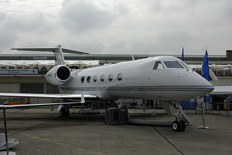 Gulfstream G450 long-range business jet.